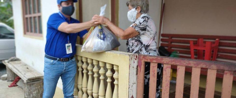 KITS DE SEMILLAS TURBA, FERTILIZANTES, POLLOS ENTREGADOS A LA POBLACIÓN DE LA PARROQUIA.